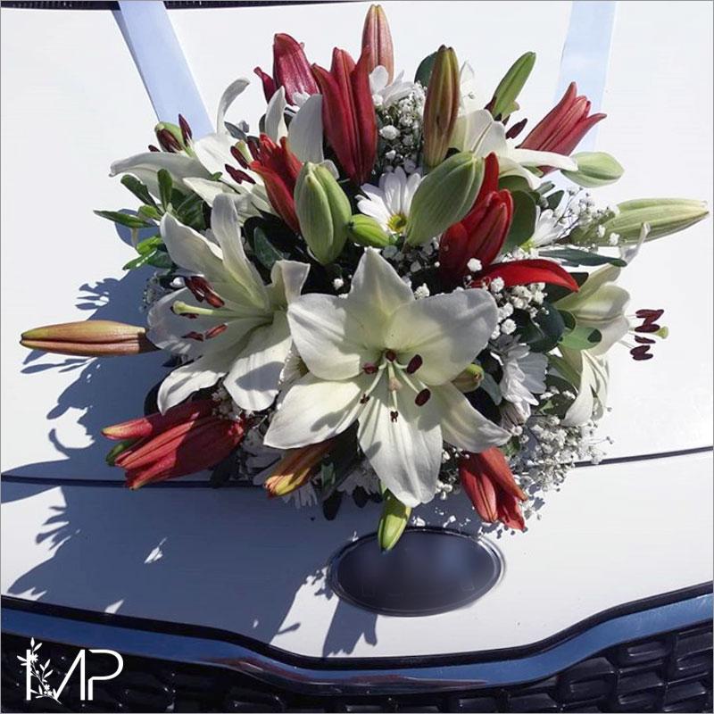 Decoración floral para auto de novios